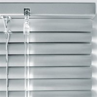 алюминиевые жалюзи серебряного цвета - фото